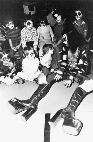 El líder de Kiss con los hijos de sus fans